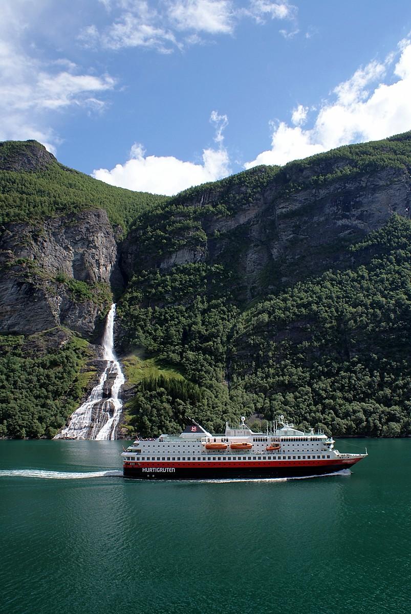 Die MS Nordnorge im Geirangerfjord
