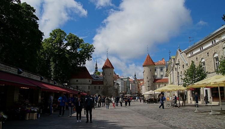 Tallinn Sehenswürdigkeiten Stadttor bei Sonne
