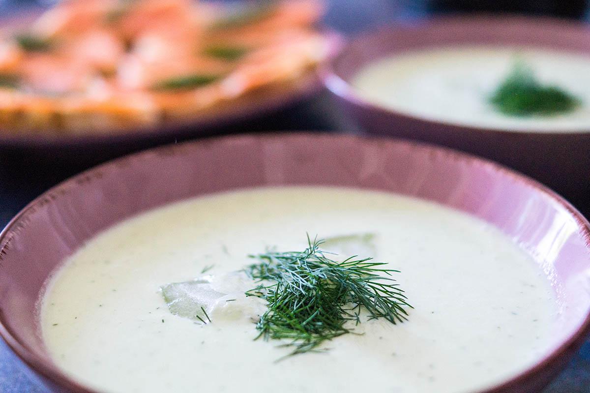 Kalte Gurkensuppe ohne Knoblauch, mit Räucherlachs-Canapés