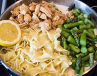 Pasta al Limone mit Spargel und Hähnchenbrustfilet