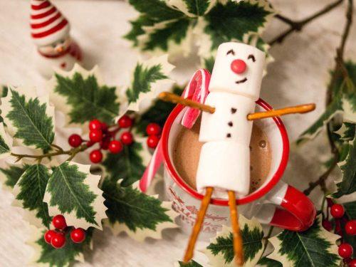 Marshmallow Schneemann auf heißer Schokolade