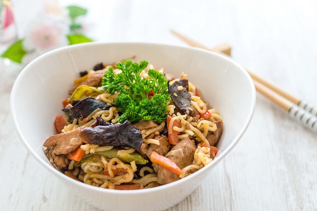 Schnelle asiatische Nudelpfanne – Asia Nudeln mit Gemüse und Hähnchenbrust